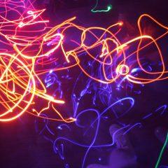 Fresque lightpainting créée par les robots en mouvement