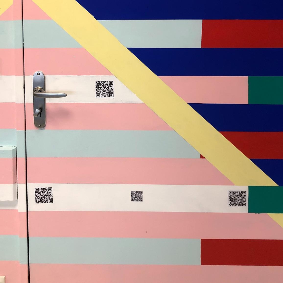 Zoom sur des QR codes de la fresque
