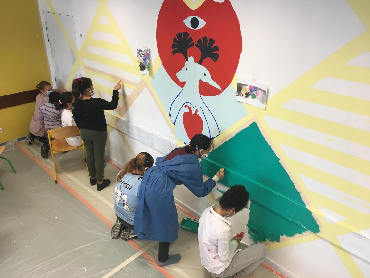 Collégiennes travaillant sur la fresque