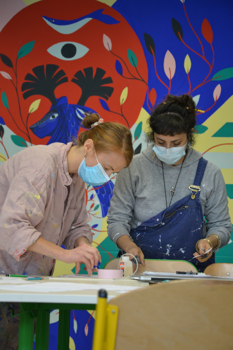 Les artistes Jennifer Hugot et Alexandra-Isis Petracchi finalisant la fresque