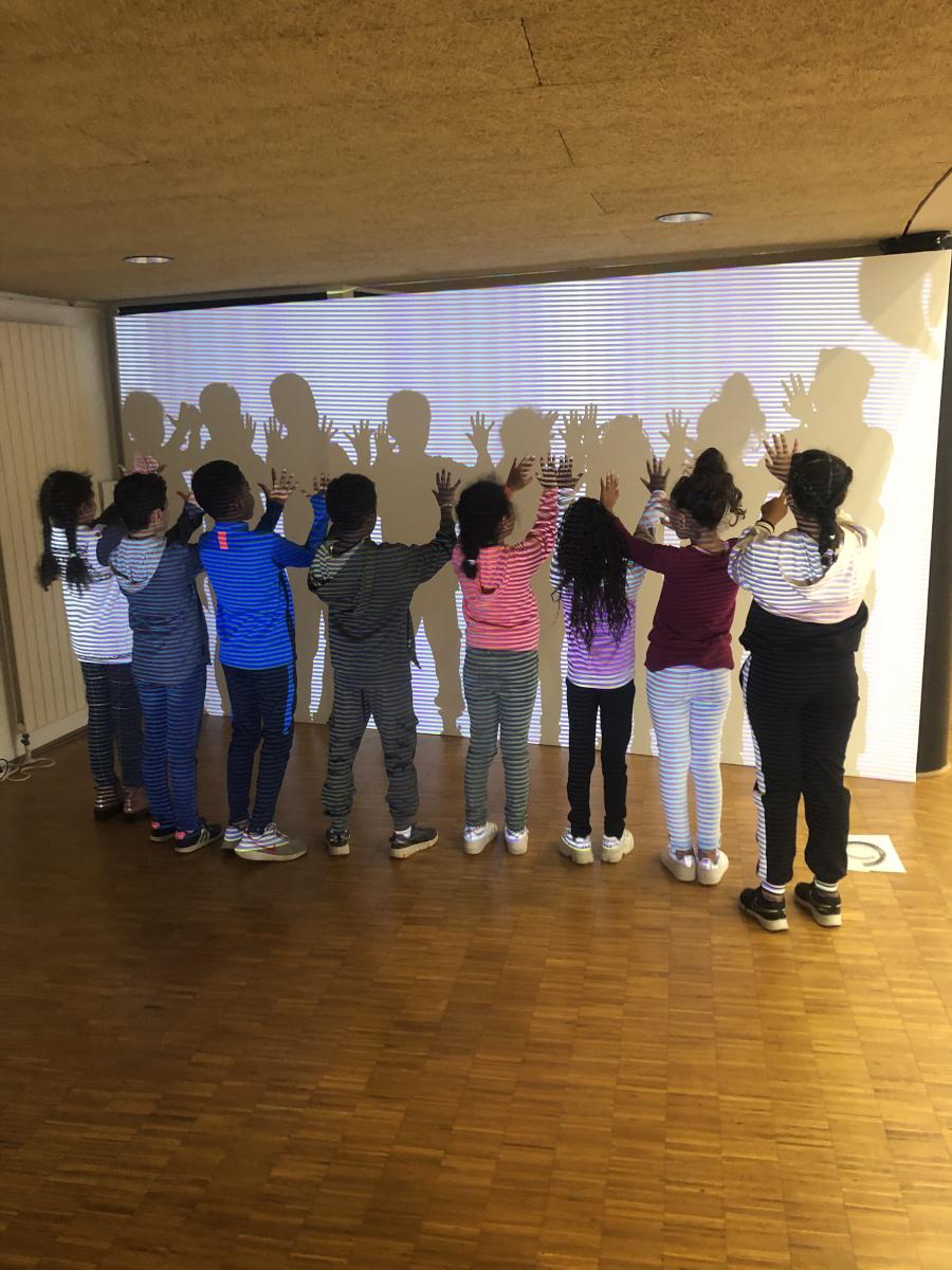 Groupe scolaire en visite guidée, expérimentant « Continuum » (2017), une installation générative contemplative