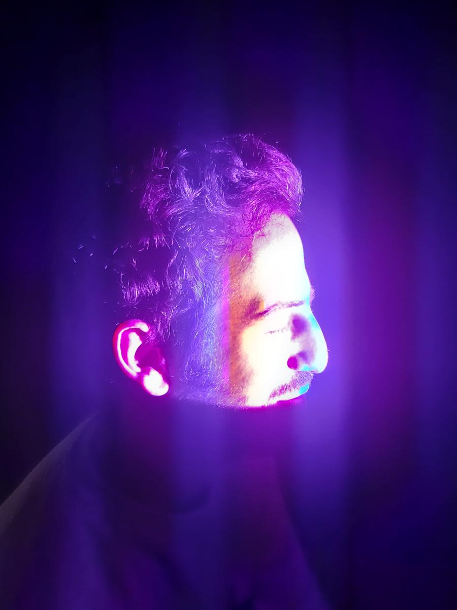 Visiteur expérimentant « Fermer les yeux » (2020), une installation lumière interactive