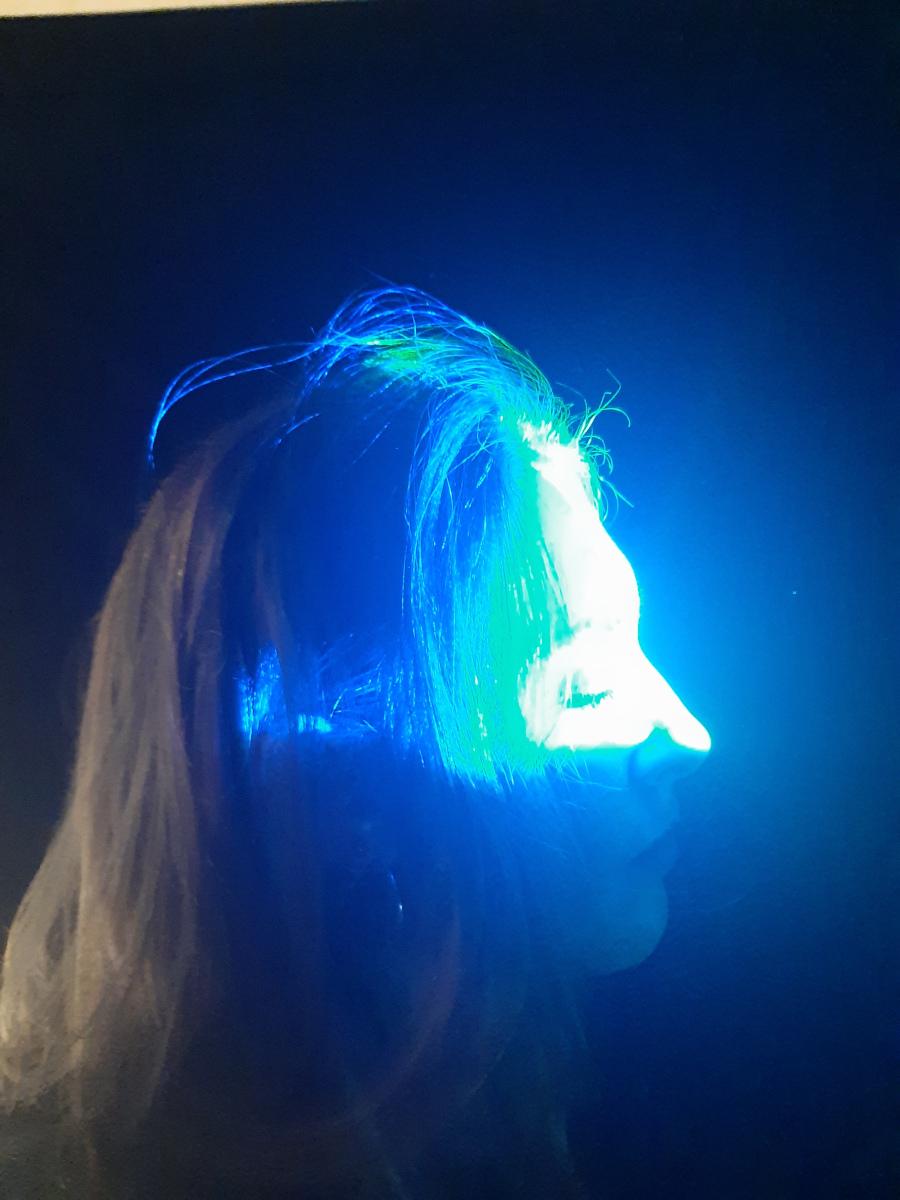 Visiteuse expérimentant « Fermer les yeux » (2020), une installation lumière interactive