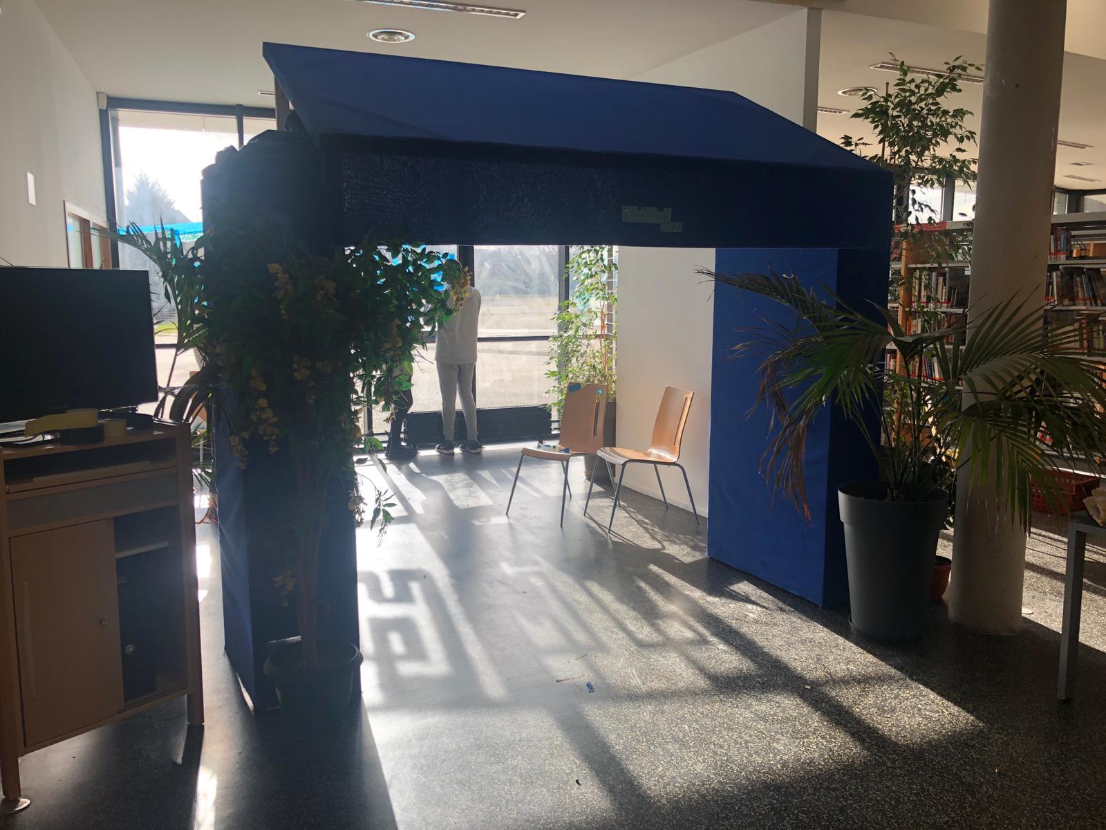 Montage de l'exposition «Le Café Siana» au Lycée Jacques Prévert, Combs-la-Ville dans le cadre d'un projet CREAC